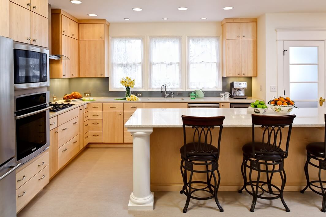Kitchen renovation featuring Caesarstone countertops and flat-slab cabinet doors and drawers made of maple.