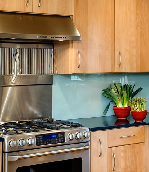 Another useful remodeling idea seen in this kitchen remodel is a backsplash made of glass.
