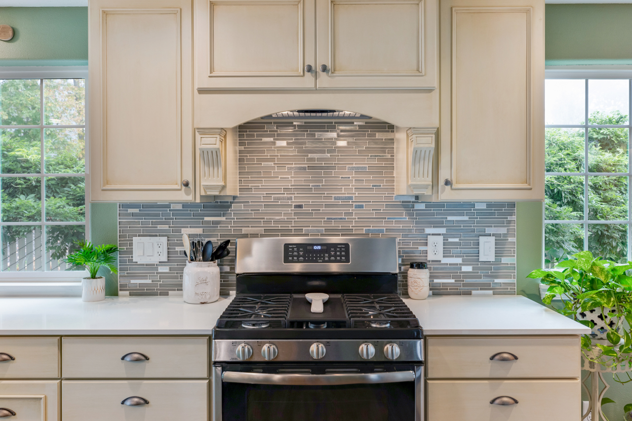 Range and associated backsplash