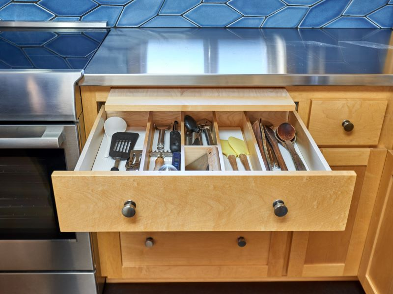 Utensil storage drawer